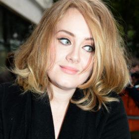 Adele: Αγνώριστη στις φωτογραφίες από το χριστουγεννιάτικο πάρτι της
