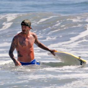 O David Beckham δαμάζει τα κύματα στο Malibu