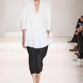 Mules time: H Victoria Beckham τα επαναφέρει στη μόδα