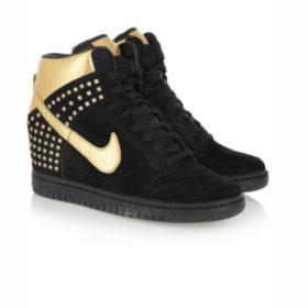 Άνετη με sneakers