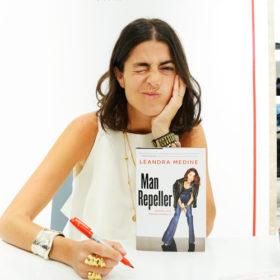 H γνωστή ως Man Repeller blogger υπογράφει το πρώτo της βιβλίο