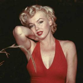 Merilyn Monroe: Απαντήθηκε το ερώτημα για το αν φορούσε εσώρουχο όταν τραγουδούσε «Happy Birthday» στον John Kennedy