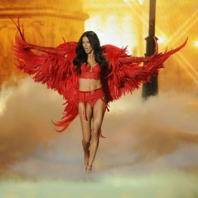 Adriana Lima: Δημιουργεί πανικό με την εμφάνισή της