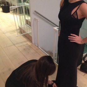 Έτσι είναι οι φίλες! Η Victoria Beckham διορθώνει το φόρεμα της Eva Longoria