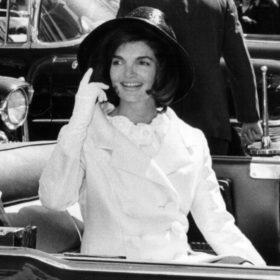 Jackie Kennedy: Ο λόγος που κανείς μέχρι το 2103 δεν θα μπορεί να δει το Chanel ταγιέρ που φορούσε όταν δολοφονήθηκε ο John F. Kennedy