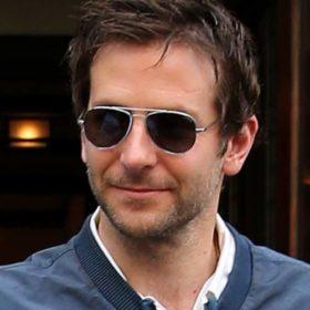 Bradley Cooper: Κυκλοφορεί στους δρόμους της Νέας Υόρκης φορώντας τη ροζ στέκα της κόρης του