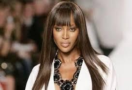 Naomi Campbell:  Το supermodel «ξαναχτυπά» και στέκεται στο κεφάλι της