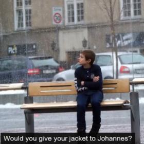 Όσο υπάρχουν άνθρωποι: Εσείς θα βοηθούσατε ένα αγόρι που κρυώνει;