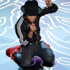 Pharrell Williams: 32 χιλιάδες ευρώ πωλήθηκε το Vivienne Westwood καπέλο του