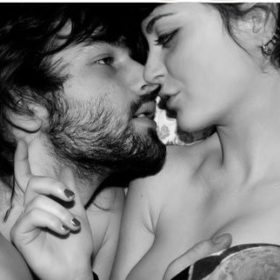 Video: 20 άγνωστοι μεταξύ τους φιλιούνται για πρώτη φορά