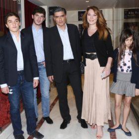 Νίκος Ευαγγελάτος- Τατιάνα Στεφανίδου: Στο θέατρο με τα παιδιά τους