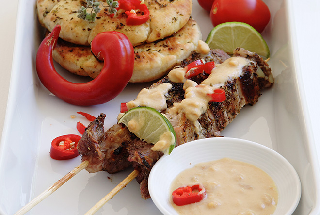 Χοιρινό σουβλάκι με σάλτσα φυστικοβούτυρου & λάιμ