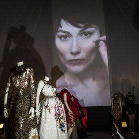 The Glamour of Italian Fashion: Δείτε όλες τις διάσημες που παραβρέθηκαν στην εντυπωσιακή έκθεση
