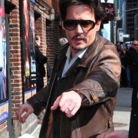 Γιατί ο Johnny Depp φοράει μονόπετρο;