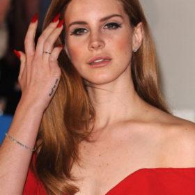 Lana Del Rey: Αγόρασε το φόρεμά της για τα Grammy τελευταία στιγμή από ένα εμπορικό κέντρο