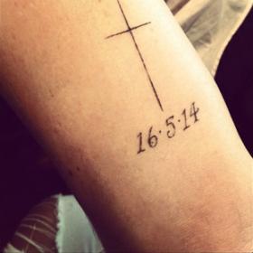 16- 5- 14: Ποια πασίγνωστη σταρ έκανε τατουάζ την ημερομηνία του γάμου της;
