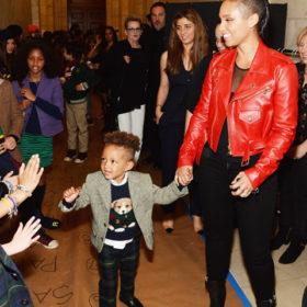 Ο τρίχρονος γιος της Alicia Keys έκανε το ντεμπούτο του στην πασαρέλα