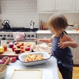 6 τρόποι να κρατήσετε απασχολημένο τo μωράκι σας όσο μαγειρεύετε