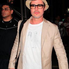 Brad Pitt: Η εμφάνιση στο αεροδρόμιο με t-shirt που ζωγράφισαν τα παιδιά του