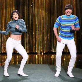Jennifer Lopez vs. Jimmy Fallon: Ποιος ανέδειξε το λευκό στενό παντελόνι καλύτερα;
