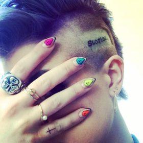 Ποια σταρ τόλμησε και έκανε τατουάζ στο κεφάλι της;