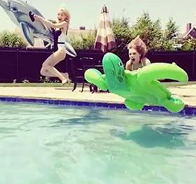 Video: Ποιες είναι οι ξανθές κυρίες που παίζουν στην πισίνα σαν παιδιά;