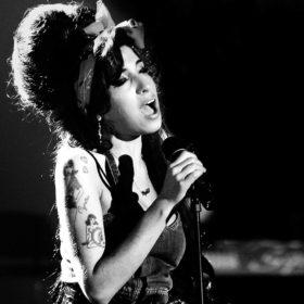 Σε δημοπρασία στίχοι του Bono αλλά και οι γόβες της Amy Winehouse για καλό σκοπό