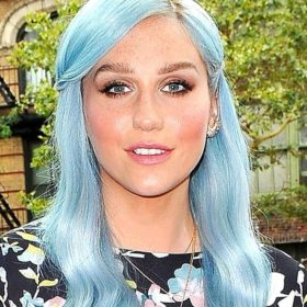Η Kesha εξηγεί γιατί έβαψε τα μαλλιά της μπλε
