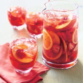 Δείτε πώς να φτιάξετε την πιο καλοκαιρινή sangria με ροδάκινο, φράουλα και βασιλικό