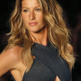 Gisele Bündchen x Stuart Weitzman: Το κορυφαίο μοντέλο ποζάρει topless