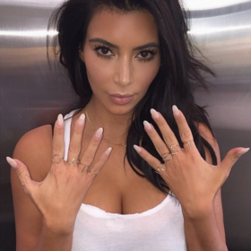 Kim Kardashian: Φόρεσε δαχτυλίδια που σχημάτιζαν το όνομα της κόρης της