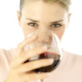 Υπέροχα νέα! Το κόκκινο κρασί μπορεί να είναι η λύση ενάντια στην ακμή
