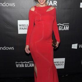 Milla Jovovich: Αποκάλυψε το φύλο του παιδιού που περιμένει