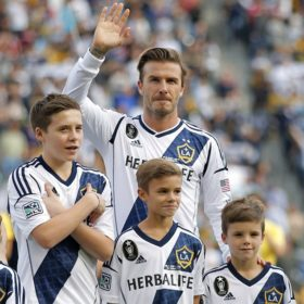 Like father like son: Ο μεγάλος γιος του Beckham υπέγραψε στην Arsenal