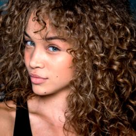 Έχετε μαλλιά σγουρά και ξηρά; Το μυστικό βρίσκεται στο ξύδι