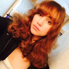 As good as it gets: H Suki Waterhouse με κόκκινα φριζαρισμένα μαλλιά