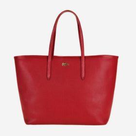 Η νέα τσάντα της Lacoste είναι κόκκινη και ιδανική για τα Χριστούγεννα που έρχονται