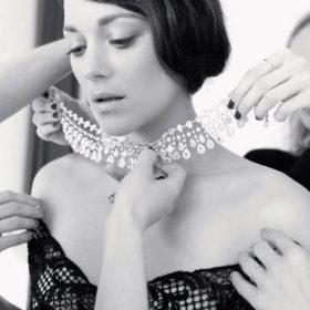 Marion Cotillard: Η ηθοποιός και μούσα του Dior μαγνητίζει ποζάροντας γυμνή