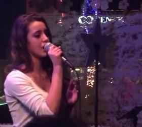 Δείτε την μικρή κόρη του Λάμπη Λιβιεράτου, Δανάη, να τραγουδάει live για πρώτη φορα!