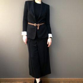 Αυτός είναι ο τέλειος τρόπος για να φορέσετε το total black στο γραφείο