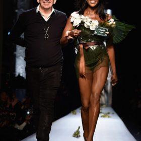 Naomi Campbell: «Έβαλε τα γυαλιά» στα νεαρά μοντέλα