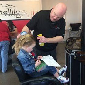 Μπαμπάς έκανε μαθήματα κομμωτικής για να μπορεί να φτιάχνει τα μαλλιά της κόρης του