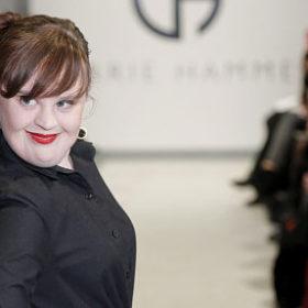 Jamie Brewer: Η πρώτη γυναίκα με σύνδρομο down που περπάτησε στην πασαρέλα