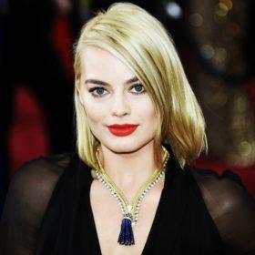 Αυτή είναι η ιστορία πίσω από το εντυπωσιακό κολιέ της Margot Robbie στα Όσκαρ