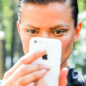 Say whaaat? Οι selfies κάνουν κακό στο δέρμα μας;