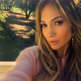 Jennifer Lopez: Δείτε τη με σούπερ αποκαλυπτικό φόρεμα που αναδεικνύει τις καμπύλες της