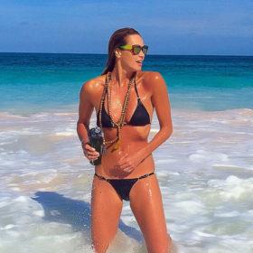 Elle Macpherson: Δεν θα πιστεύετε πως είναι το σώμα της 51χρονης με μαγιό