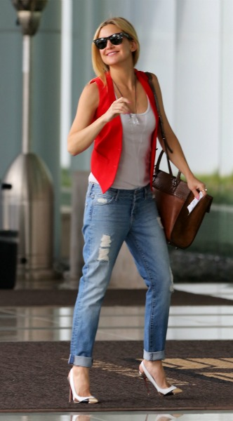 kate hudson, kokkino gileko, t shirt, goves, tzin, gialia iliou, look of the day, mosaic