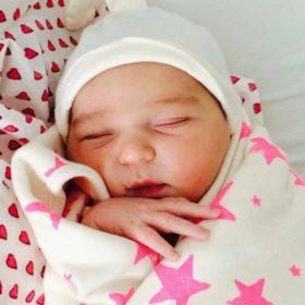 Ποια σταρ μας σύστησε τη νεογέννητη κόρη της με αυτή τη φωτογραφία;