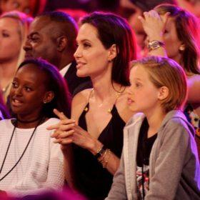 Video: Η Angeline Jolie μοιράζεται με τα παιδιά της ένα γεύμα με αράχνες, σκορπιούς και έντομα